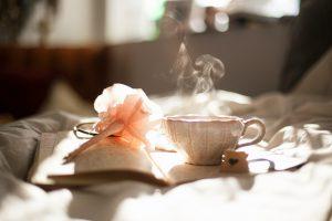 tasse de thé blanc et rose sérénité livre